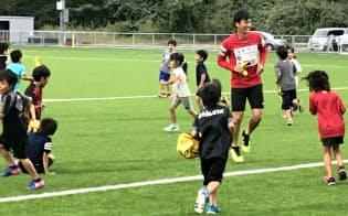 子どもたちは広い空間を与えられると、はしゃぎ始める。これがランニングの原点(いわきFCのスポーツ教室)