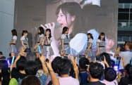 フィリピンのファンを前にパフォーマンスを披露する日本のAKB48チーム8(3日、マニラ)