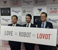 投資契約の締結を発表したグルーブXの林要社長(写真中央)と、スパークス・グループの深見正敏代表取締役(同右)、産業革新機構の土田誠行専務(4日、東京・中央)