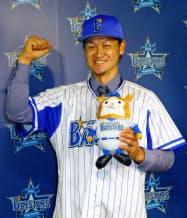 DeNA入りし報道陣にポーズをとる大和内野手(4日、横浜市の球団事務所)=共同
