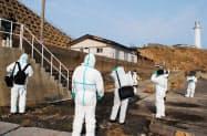北海道松前町の松前小島で調査に当たる捜査員(4日)=松前さくら漁協提供・共同