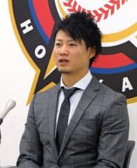 契約更改交渉を終え、記者会見する日本ハムの西川遥輝外野手(5日、札幌市の球団事務所)=共同