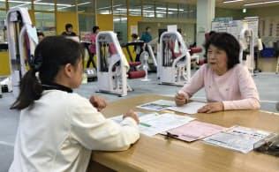 健幸スポーツの駅では運動の相談に乗るなど健康づくりの大切さを広める(11月、新潟県見附市)
