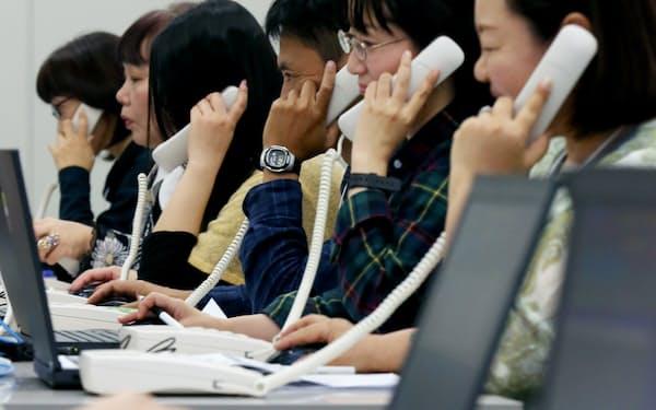 選挙の情勢調査はコールセンターが実施する(10月18日、東京都千代田区)