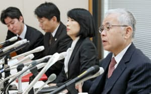 NHK受信料訴訟の最高裁判決後、記者会見する高池弁護士(右)ら被告側の代理人(6日午後、東京都千代田区)