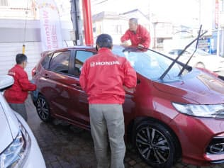 「DAYS BLG!」に通う高齢者は新車磨きなどにいそしむ(東京都町田市)
