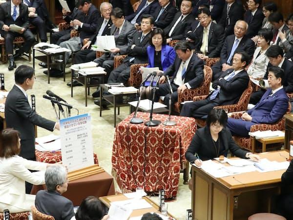 衆院予算委で立憲民主党の長妻氏(左)の質問を聞く安倍首相(右端)=11月27日