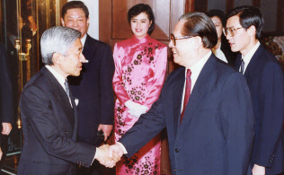 晩さん会前に江沢民総書記(右)に迎えられ握手する天皇陛下(1992年10月24日、北京・釣魚台国賓館芳菲苑)