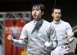 フェンシング男子サーブル個人で島村智博(奥)を破り決勝進出を決めた宮山亮(7日、駒沢体育館)=共同