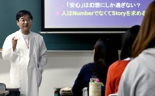 国頭医師は学生に「死にゆく患者とどう話すか」問いかける(11月、日本赤十字看護大)