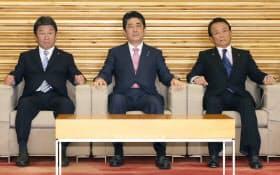 閣議に臨む安倍首相(8日午前)