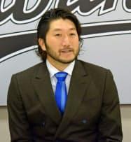 契約を更改し、記者会見するロッテの石川歩投手(8日、千葉市のZOZOマリンスタジアム)=共同