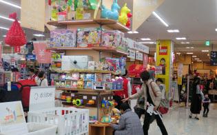 家電量販店では玩具の売れ行きが伸びている(11月、愛知県日進市の「ビックトイズ」)