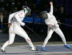 女子フルーレ決勝 阿部広美(左)を破り、初優勝した東晟良(10日、駒沢体育館)=共同