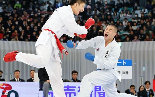 男子個人組手で荒賀龍太郎(左)を破り、初優勝した渡辺大輔(10日、日本武道館)=共同