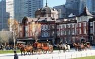 信任状奉呈式のため駐日ベナン大使を乗せ皇居に向かう馬車(11日午前、東京・丸の内)