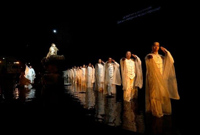 アヴィニョン・フェスティバルで上演されたSPAC『アンティゴネ』では無音の盆踊りが演出に取り入れられた(写真 新良太)
