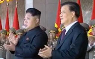 中国最高指導部メンバーが金正恩氏(左)と会ったのは15年10月、平壌で軍事パレードを参観した劉雲山氏が最後になった(中国中央テレビの映像から)