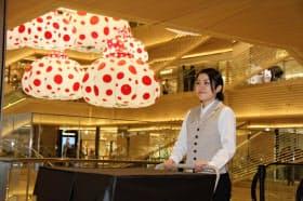商業施設内の物流を一手に引き受ける佐川急便の従業員は「飛脚宅配便」でなじみの制服は着ていない(東京都中央区のGINZA SIX)