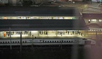 名古屋駅に停車したままの博多発東京行きのぞみ34号(手前)=共同