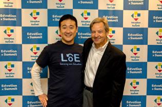 日本初の「エドテック」イベントを主宰した佐藤昌宏氏(左)と、「SXSW EDU」のファウンダー、リード氏(東京都千代田区)=佐藤氏提供