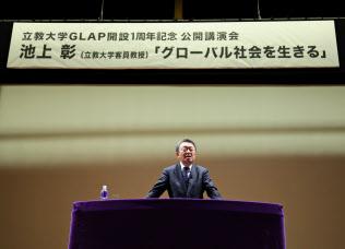 高校生や大学生に「教養を深めてほしい」と講演をする池上彰氏(12月9日、東京都豊島区の立教大池袋キャンパス)