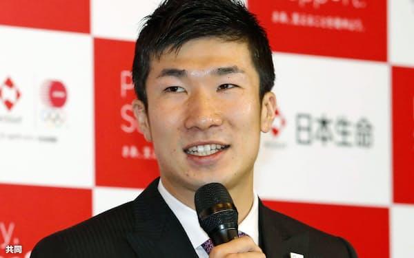 記者会見で来年4月から日本生命に所属すると発表する桐生祥秀選手(13日午後、東京都内のホテル)=共同