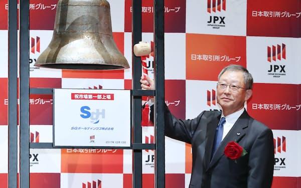 東証1部に上場し、打鐘するSGホールディングスの栗和田栄一会長(13日、東証)