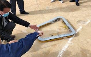 小学校の運動場に落下した米海兵隊のCH53E大型輸送ヘリコプターの窓(13日)=宜野湾市提供