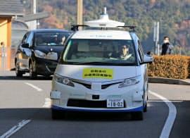 運転席に人が乗らない自動運転実験が始まった(14日、愛知県幸田町)