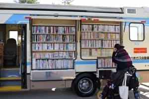 移動図書館の巡回日には、子供連れの主婦らが集う(12月上旬、大阪市)
