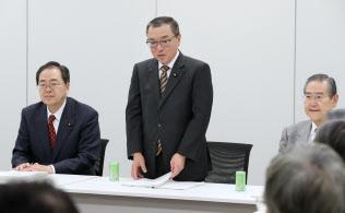 与党税制協議会であいさつする自民党税調の宮沢会長(中央)。左は公明党税調の斉藤会長(14日午後、東京・永田町)