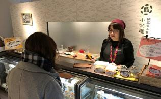 大阪市内に昨年開業した納豆専門店「納豆BAR小金庵」には、納豆バターやドレッシングも並ぶ
