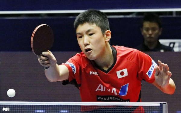 男子シングルス1回戦 準々決勝進出を決めた張本智和(15日、アスタナ)=共同