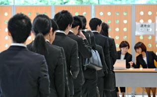 採用面接の受付に並ぶ就活生(6月、東京都内)