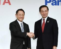 提携を発表し握手するトヨタ自動車の豊田章男社長(左)とパナソニックの津賀一宏社長