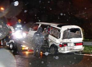 6月、東名高速道路下り線の事故で移動される車両(神奈川県大井町、車のナンバーを画像加工しています)=共同