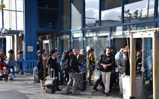 パレスチナ人による襲撃事件があった中央バス発着所は普段のにぎわいをとり戻していた(14日、エルサレム)