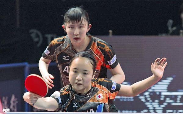 女子ダブルス決勝 中国ペアに敗れた伊藤(手前)、早田組(17日、アスタナ)=共同