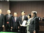 JR北への支援・指導を求める要請書を持つ高橋道知事と石井国交相