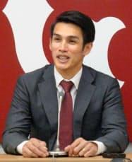契約更改交渉を終え、記者会見する巨人・陽岱鋼(18日、東京都内の球団事務所)=共同