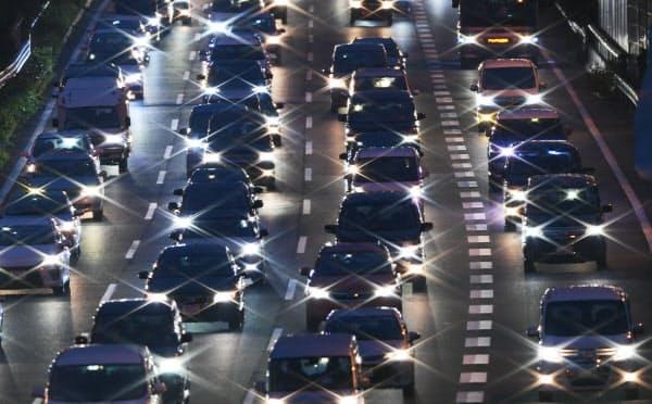 国土交通省は国際基準と同等の性能を求め、メーカーに認定試験を課す
