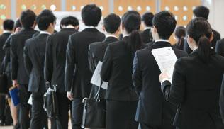 18年春採用の面接会場で並ぶ就活生(6月、東京都新宿区)
