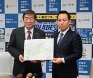 多目的アリーナ建設を発表したクロススポーツマーケティングの中村考昭社長(右)と八戸市の小林真市長(18日、八戸市役所)