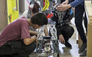 授業でロボットを製作するイスラエルの児童