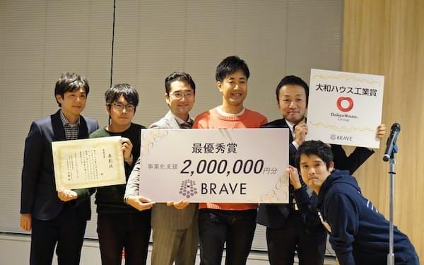 大学発ベンチャー支援プログラム「ブレイブ」で最優秀賞を受賞した慶応大発の「スマート・リハブ」のチーム(18日、東京・中央)