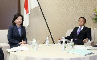 2018年度予算の大臣折衝に臨む野田総務相(左)と麻生財務相(18日午後、財務省)