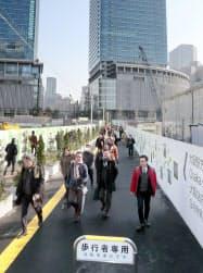 大部分が閉鎖された梅北地下道の代わりに新設された地上の歩道(19日午前、大阪市北区)