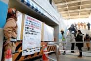 大部分が閉鎖された梅北地下道。右は新設された出入り口(19日午前、大阪市北区)