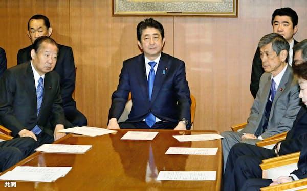 自民党役員会に臨む安倍首相(19日午前、東京・永田町の党本部)=共同